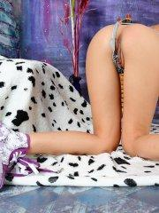 Pictures of teen Kiki 18 playing with her pussy