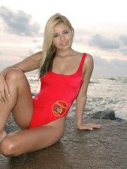 Pictures of teen cutie Sandy Summers stripping on baywatch
