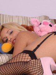 Pictures of teen amateur Sandy Summers getting kinky in her bedroom